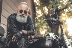 Hombre barbudo interesado que usa el vehículo Imagenes de archivo