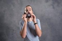 Hombre barbudo joven ceaning sus vidrios imágenes de archivo libres de regalías
