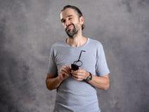 Hombre barbudo joven ceaning sus vidrios fotos de archivo libres de regalías