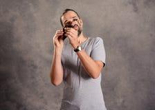 Hombre barbudo joven ceaning sus vidrios imagenes de archivo