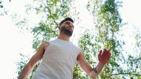 Hombre barbudo joven con los tatuajes que se realizan cerrando el baile en el parque almacen de video