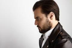 Hombre barbudo joven del retrato que lleva la chaqueta de cuero del negro elegante de la camisa Belleza, forma de vida, foto del  Imágenes de archivo libres de regalías