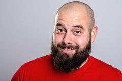 Hombre barbudo joven en camisa roja fotos de archivo libres de regalías