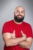 Hombre barbudo joven en camisa roja Imágenes de archivo libres de regalías