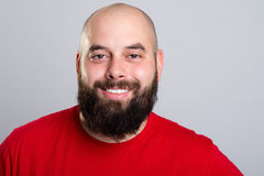 Hombre barbudo joven en camisa roja fotos de archivo