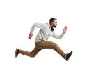 Hombre barbudo joven en salto del mediados de-aire sobre el fondo blanco Imagen de archivo libre de regalías