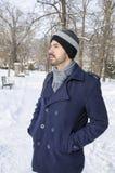 Hombre barbudo joven en un parque en un día de invierno Foto de archivo libre de regalías