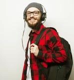 hombre barbudo joven que escucha la música Imagen de archivo