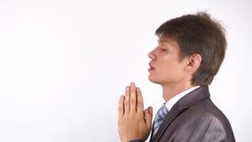 Hombre barbudo joven que ruega, pidiendo a dios ayuda almacen de video