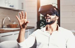 Hombre barbudo multicultural que usa gafas de la realidad virtual foto de archivo libre de regalías