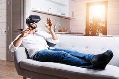 Hombre barbudo multicultural que usa gafas de la realidad virtual imagen de archivo libre de regalías