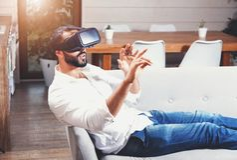 Hombre barbudo multicultural que usa gafas de la realidad virtual foto de archivo