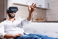 Hombre barbudo multicultural que usa gafas de la realidad virtual fotografía de archivo