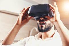 Hombre barbudo multicultural que usa gafas de la realidad virtual fotos de archivo libres de regalías