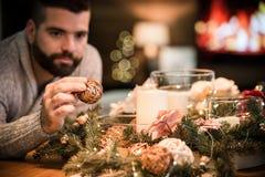 Hombre barbudo que adorna la tabla de la Navidad Imagenes de archivo