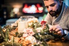Hombre barbudo que adorna la tabla de la Navidad Fotografía de archivo