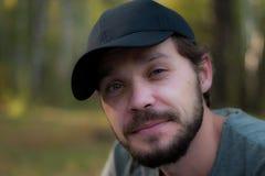Hombre barbudo que lleva un casquillo Fotos de archivo