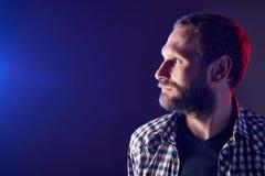 Hombre barbudo que mira al lado imágenes de archivo libres de regalías