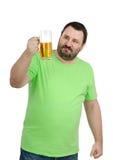 Hombre barbudo que mira fijamente una taza de cerveza Foto de archivo libre de regalías