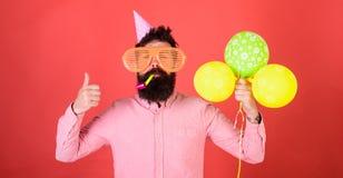Hombre barbudo que muestra el pulgar encima del gesto Hombre con el silbido del partido de la barba que sopla de moda Inconformis Fotos de archivo