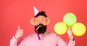 Hombre barbudo que muestra el pulgar para arriba Hombre con el silbido del partido de la barba que sopla de moda Inconformista co Foto de archivo