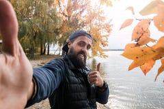 Hombre barbudo que sonríe mirando la cámara 05 Foto de archivo