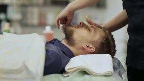 Hombre barbudo Trapos de sequía del facial Dé masajes a la cara y al cuello Máscara hialurónica almacen de video