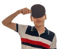 Hombre bastante joven del brunett que juega al ping-pong aislado en el fondo blanco Fotos de archivo