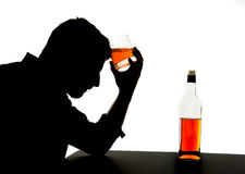hombre bebido alcohólico con el vidrio del whisky en silueta de la adicción al alcohol Fotos de archivo libres de regalías
