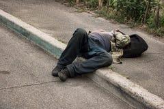 Hombre bebido inconsciente imagen de archivo
