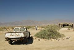 Hombre beduino que se niega a afrontar su carro. Foto de archivo