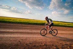 Hombre biking en el movimiento Foto de archivo