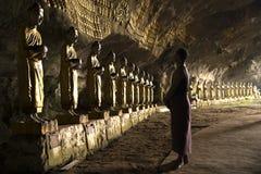 Hombre birmano que ruega en templo de la cueva Foto de archivo libre de regalías