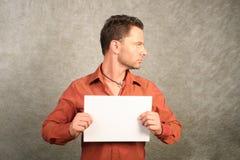 Hombre blanco con la tarjeta en blanco - perfil correcto Imagen de archivo