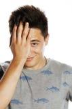 Hombre bonito joven aislado con las manos en la cabeza Fotografía de archivo