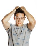 Hombre bonito joven aislado con las manos en la cabeza Fotos de archivo libres de regalías