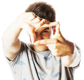 Hombre bonito joven que enmarca con los fingeres aislados en blanco Imagen de archivo
