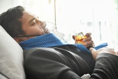 Hombre borracho con alcoholismo imagenes de archivo
