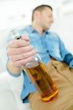 Hombre borracho con el whisky de la botella foto de archivo libre de regalías