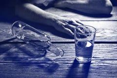 Hombre borracho con un vidrio de brandy fotos de archivo