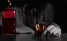 Hombre borracho dormido en una tabla imágenes de archivo libres de regalías