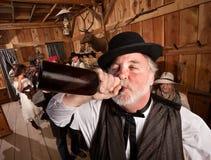 Hombre borracho en barra Fotos de archivo
