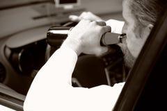 Hombre borracho en coche con una cerveza de la botella fotos de archivo libres de regalías