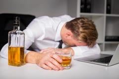 Hombre borracho en la oficina foto de archivo libre de regalías