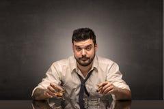 Hombre borracho en su oficina con el espacio de la copia fotos de archivo libres de regalías