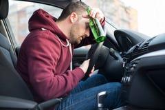 Hombre borracho que conduce el coche y el caer dormido fotos de archivo libres de regalías