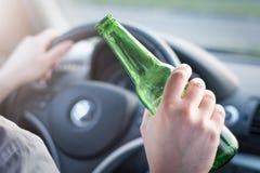 Hombre borracho que conduce su coche y consumición imágenes de archivo libres de regalías
