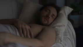 Hombre borracho que duerme en el sofá que sueña algo malo, teniendo hipos en sueño almacen de video