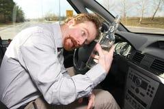 Hombre borracho que se sienta en programas pilotos Foto de archivo
