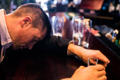 Hombre borracho que tiene una pistola fotos de archivo